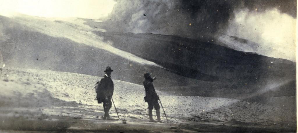 Jean Epstein face à l'Etna en éruption, juillet 1923 - ph Cinémathèque Française - modif
